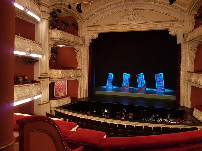 Mecklenburgisches Staatstheater Schwerin. Blick von meinem Sitzplatz zur Bühne (Reihe 3, Platz 72, 1. Rang Mitte rechts - Bühnenbild für A HAND OF BRIDGE
