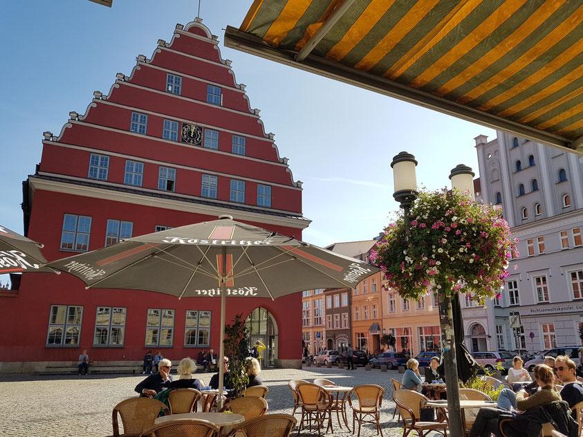 Cappuccino-Pause auf dem Fischmarkt vor dem Rathaus von Greifswald