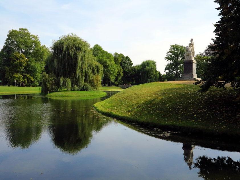 Schlosspark von Neuhardenberg mit dem Denkmal für König Friedrich II. (den Großen)