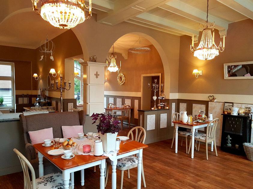 """Frühstücksraum im Gästehaus """"Zum weißen Haus"""", rechts mein Tisch (26.9.20)"""