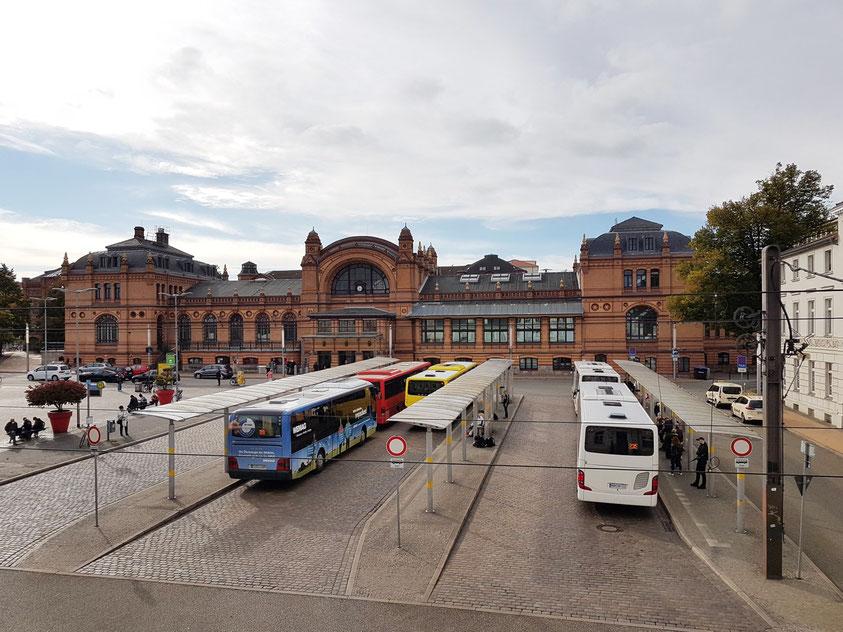 """Blick aus meinem Zimmer im Gästehaus """"Zum weißen Haus"""" auf den Grunthalplatz mit Busbahnhof und Hauptbahnhof"""