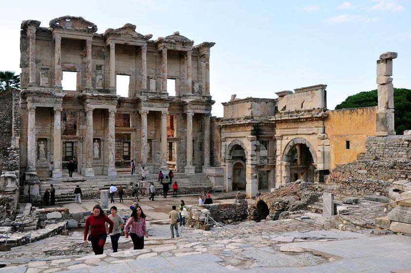 Ephesos. Celsus-Bibliothek, rechts das Südtor der Agora