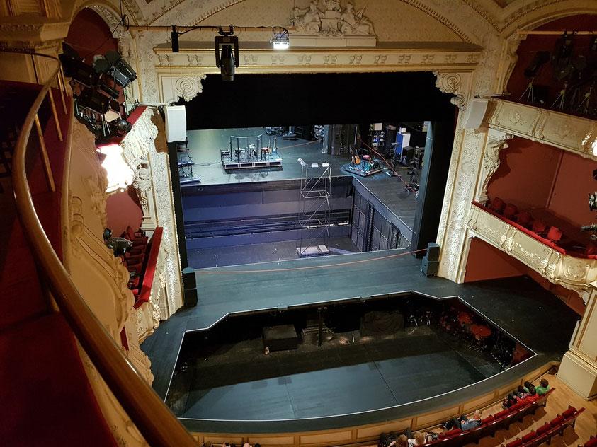Mecklenburgisches Staatstheater Schwerin. Blick vom 3. Rang zur Bühne. Bühnenbild für GUNDERMANN - MÄNNER, FRAUEN UND MASCHINEN