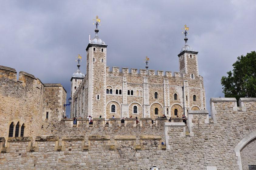 """Tower of London, mittelalterliche Festung mit den Kronjuwelen, berühmten """"Beefeatern"""" und einer jahrhundertelangen blutigen Geschichte"""