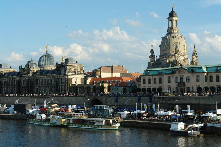 Dresden, Brühlsche Terrasse mit Kunstakademie (links) und Frauenkirche  (22.8.2010)