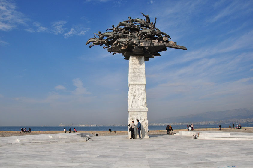 Izmir, Cumhuriyet Ağacı Heykeli, Skulptur. Dieses Denkmal symbolisiert Atatürk und seine Kavallerie im Unabhängigkeitskrieg.