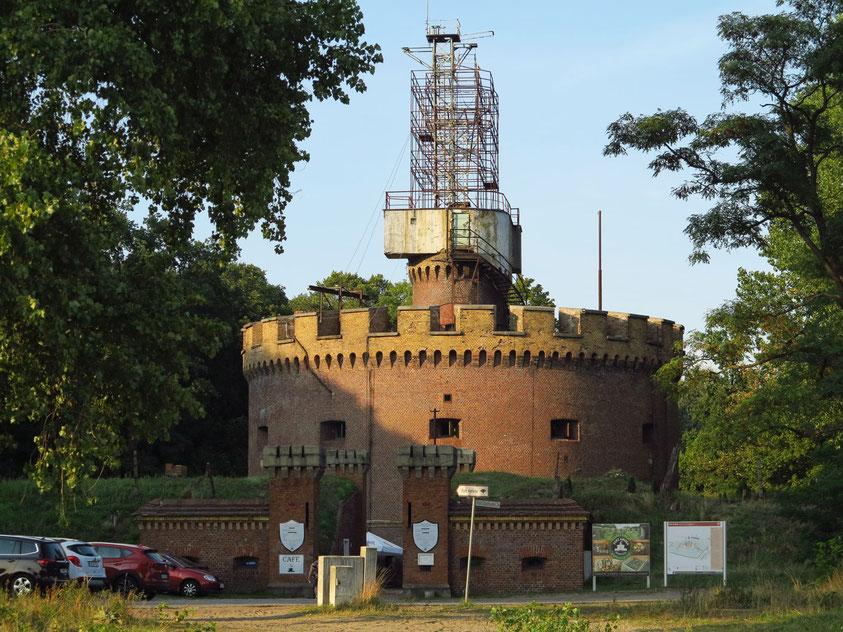 Fort Anioła (Engelsburg), 1858 erbaute preußische Festung mit Ausstellungsbereichen und Veranstaltungen. Radaranlage aus dem 2. Weltkrieg
