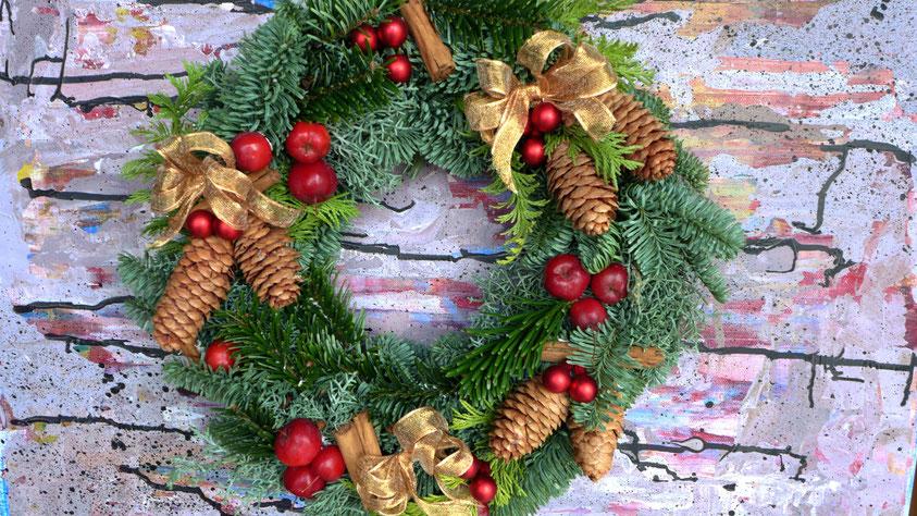 Weihnachtlicher Türkranz mit Zieräpfeln