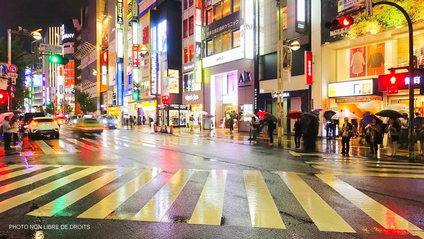 Quartier de Shinjuku sous la pluie, Tokyo, photo non libre de droits