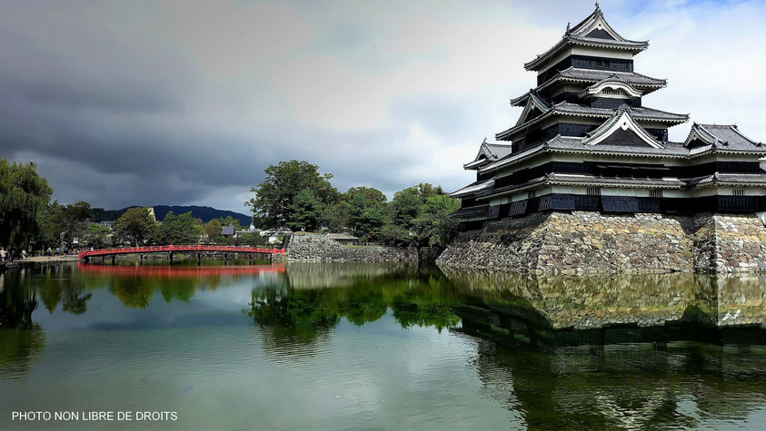 Un pont rouge pour un château noir, Matsumoto-Jô, Japon, photo non libre de droits