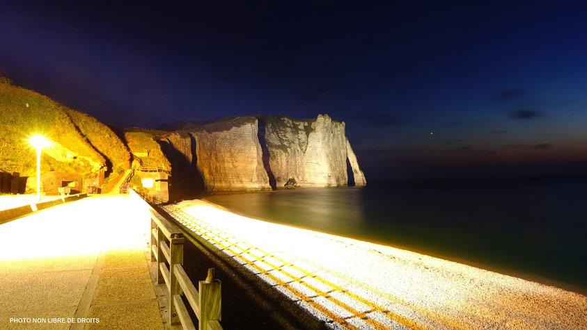Falaise sortie de la nuit, Etretat, photo non libre de droits