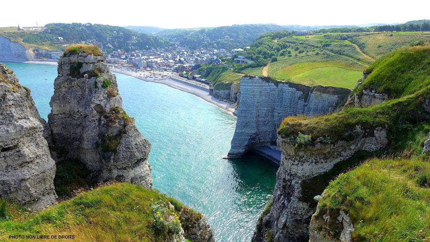 Vue plongeante des falaises d'Etretat, Normandie, photo non libre de droits