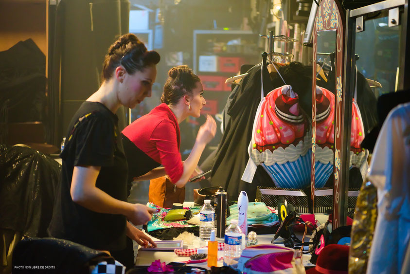 Raccord maquillage en coulisses, Memphis Show, Lille, photo non libre de droits