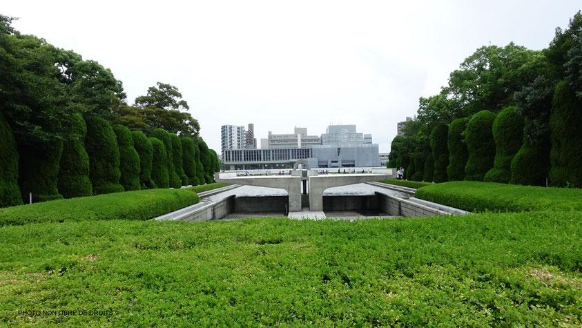 L'humilité dans la douleur, Musée du Mémorial pour la Paix, Hiroshima, photo non libre de droits.