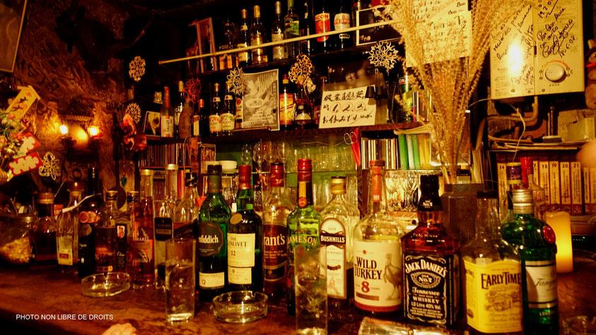 Un bar au Golden Gai, Tokyo, photo non libre de droits