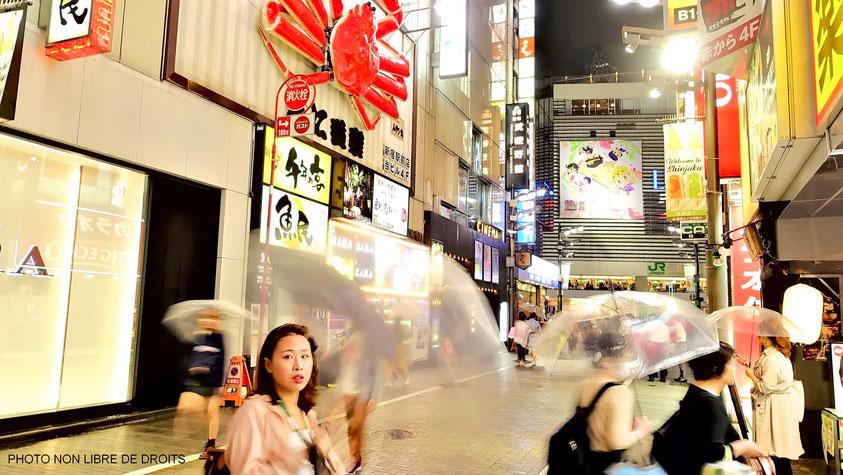 Japonaise en shopping, Tokyo, Shinjuku, photo non libre de droits