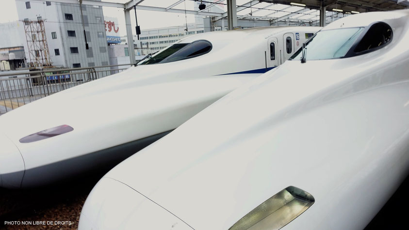 Shinkansen en gare japonaise, photo non libre de droits