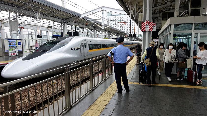 Départ  sur un quai de gare, Japon, photo non libre de droits