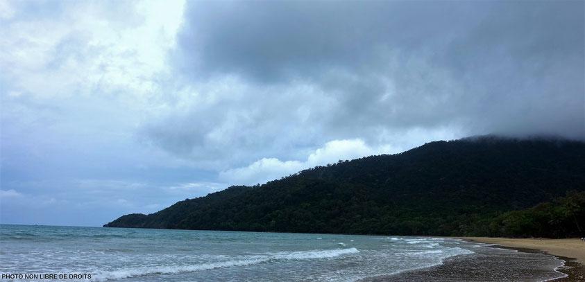 Une plage entre nuages et pluie, Daintree National Park, photo non libre de droits