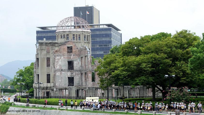 Enfants japonais au pied du dôme de la bombe A, Hiroshima, photo non libre de droits.
