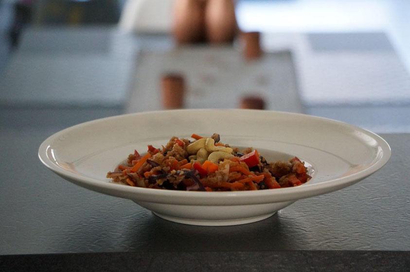 Thai-Quinoa-Salat mit Erdnuss-Ingwer-Dressing | clean, vegetarisch & schnell zubereitet