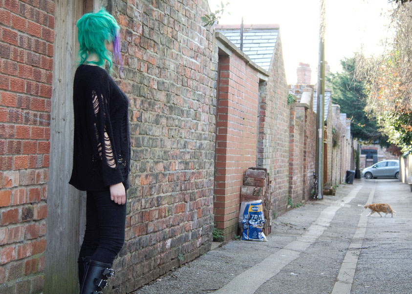 Outfit with altered second-hand pieces - cat in the backstreet - Zebraspider Eco Anti-Fashion Blog