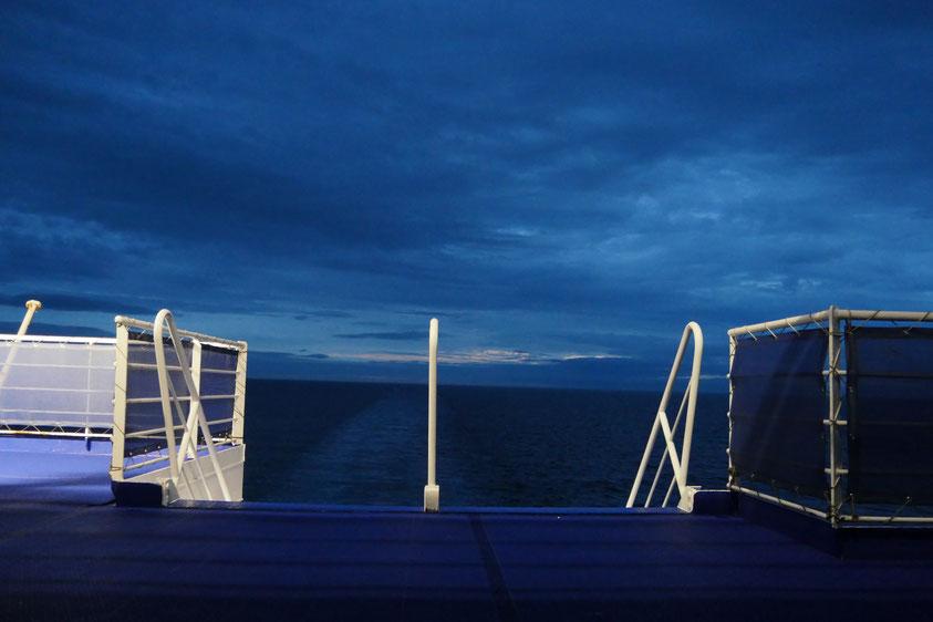 Blaue Stunde, irgendwo auf der Nordsee - Foto: Kai Czechau