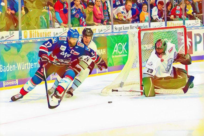 Der Nürnberger Eishockey-Verteidiger Marcus Weber im Zweikampf mit dem Kapitän der Adler Mannheim neben Andy Jenike.