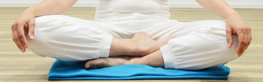 Hombre sentado en posición de meditación