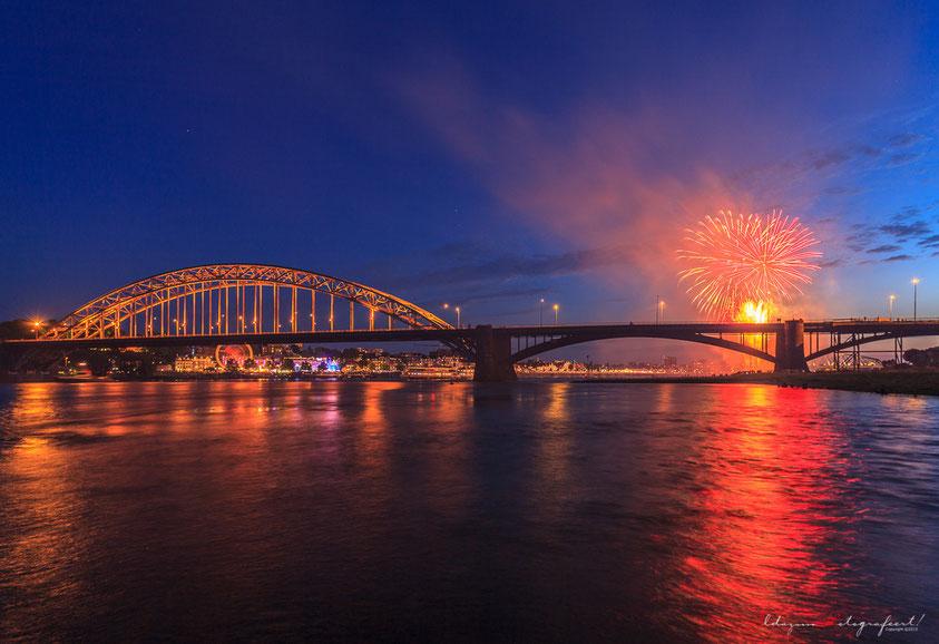 Nijmegen, blue hour - de waalbrug - zomerfeesten en kermis