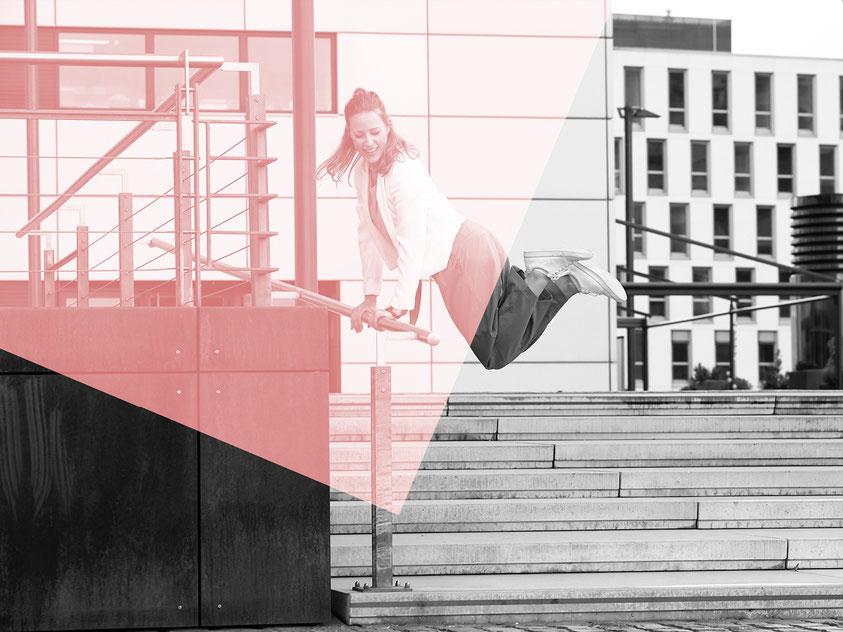Moderatorin Sandrina Mahlberg springt über eine Treppe