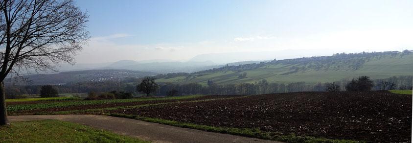 Blick auf die im Dunst liegende Schwäbische Alb (Achalm), kurz vor Schlaitdorf