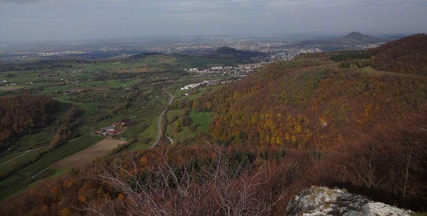 Blick vom Wackerstein Richtung Norden auf Pfullingen, Georgenberg (Bildmitte),  Reutlingen Achalm (rechts)