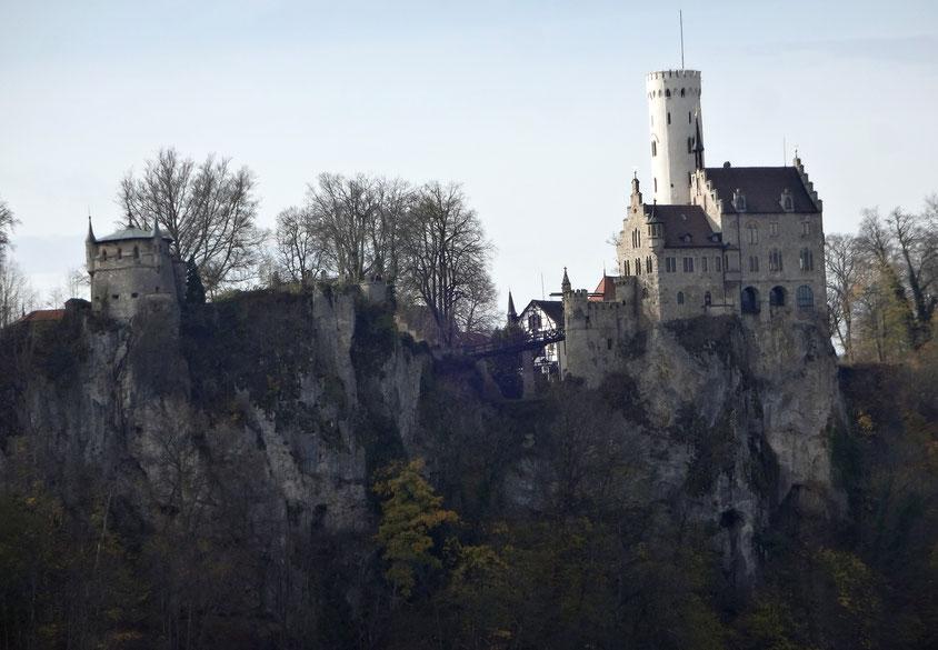 Blick vom Locherstein zum Schloss Lichtenstein