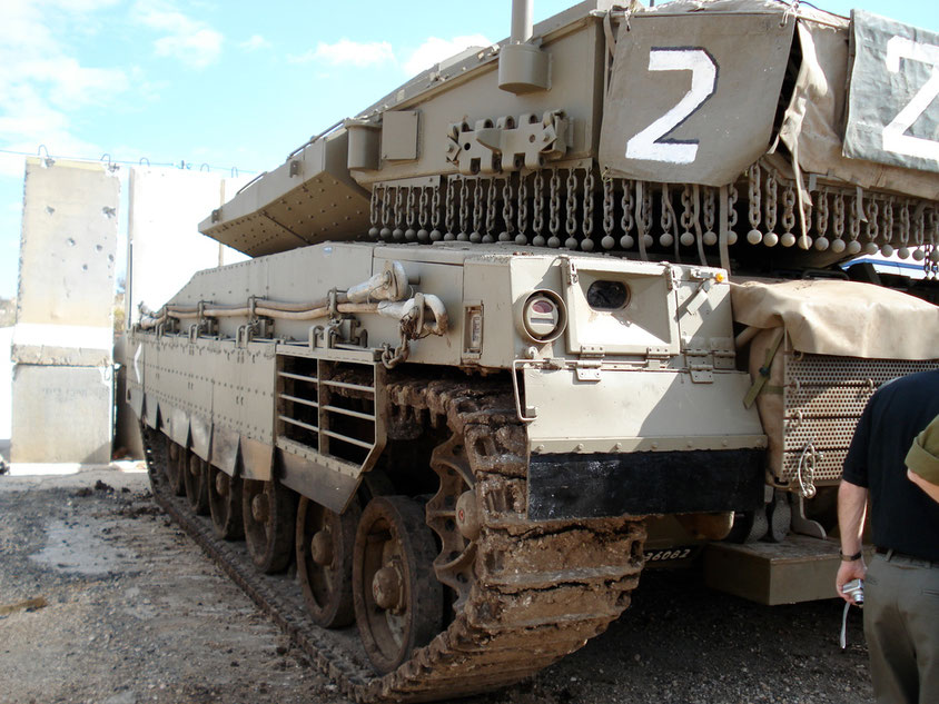 Les chaînes anti-RPG sont clairement visibles sur la nuque de tourelle de ce char Israélien Merkava IV