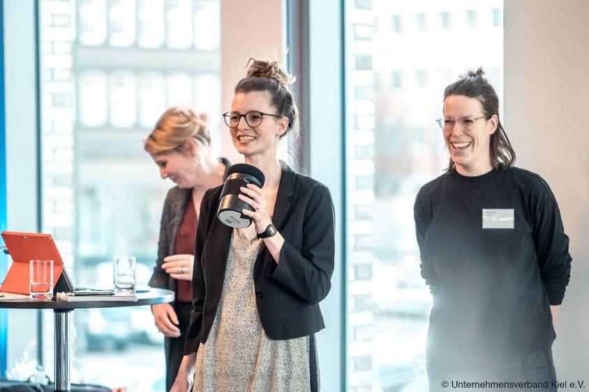 Rike Gloy-Brüchmann und Astrid Becker von drej halten einen Vortrag beim Unternehmensverband Kiel e.V.