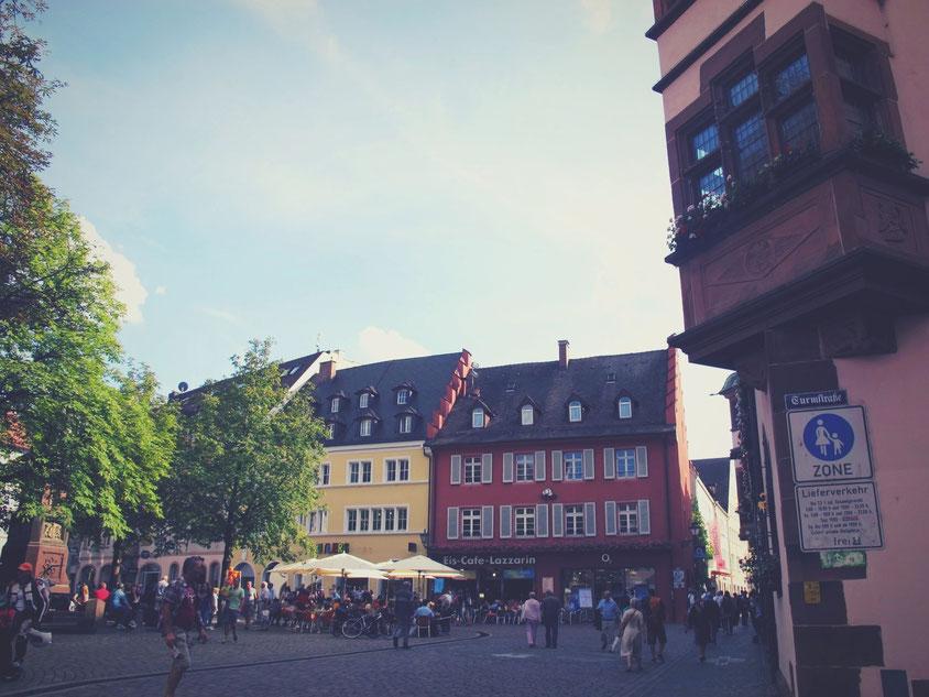 allemagne freiburg place cathédrale rouge jaune maison