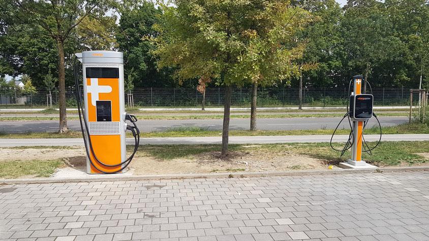 """unsere aufgebauten """"Chargepoint"""" - Ladesäulen vor dem Autohaus Hofmann & Wittmann GmbH"""