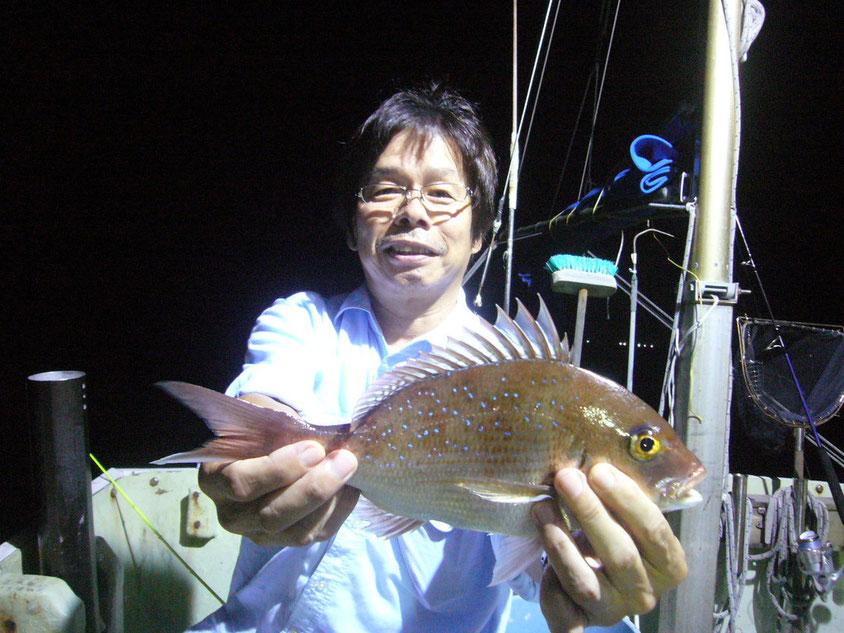 イカがよう釣れるのに何故かタイ釣り!大きいのは糸切って逃げました。3枚GET