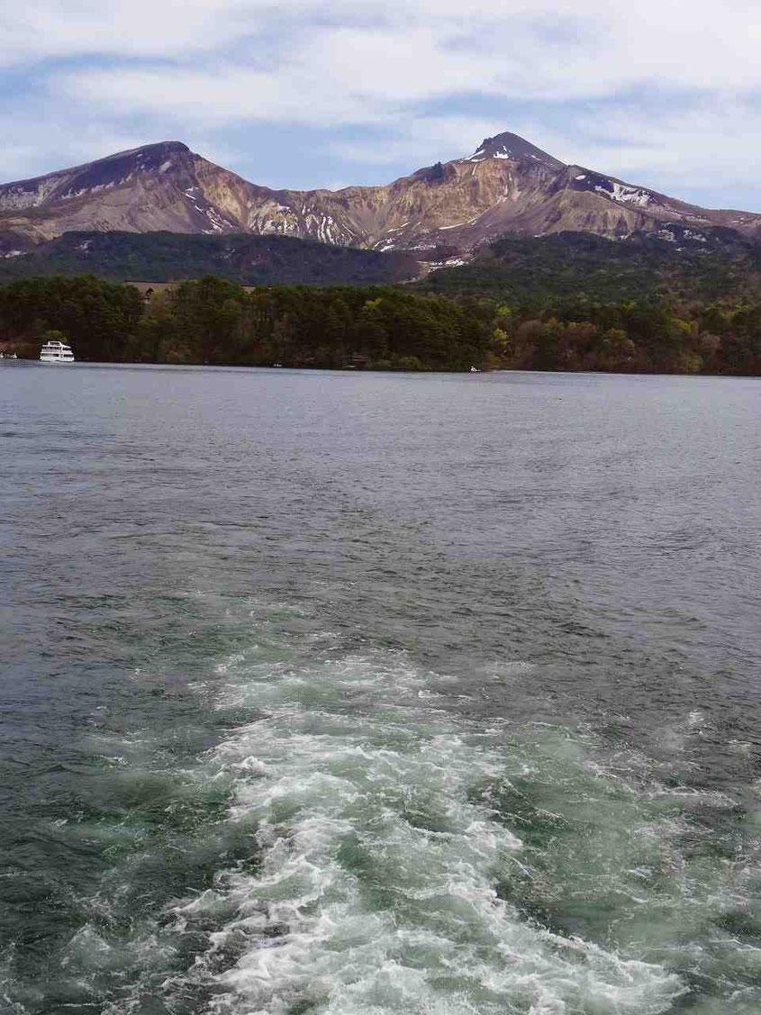 檜原湖の遊覧船から見た裏磐梯。爆発のすさまじさがいまだに残る姿です。