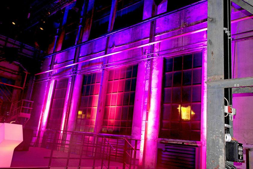 Beleuchtete Wand hinter dem DJ Pult. Eine perfekte Mischung aus Industriekulisse & stylishem Nightlife