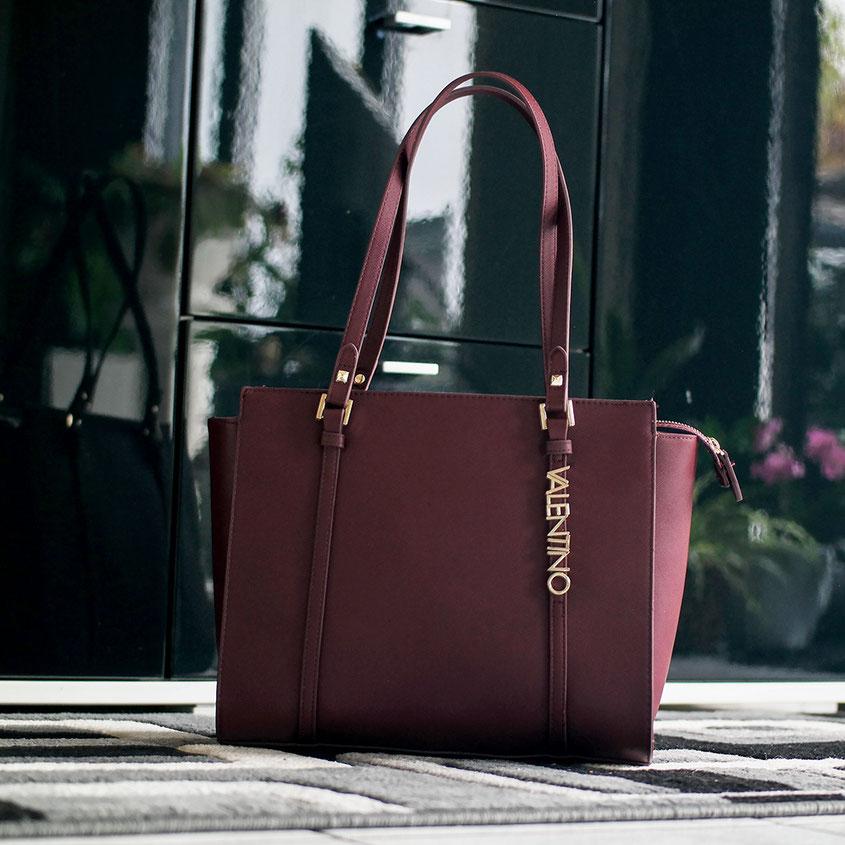 Bordeaux plus Rot – die wohl schönste Farbkombi für den Herbst - zumindest für mich. Alle Jahre wieder fröne ich in der dunklen Jahreszeit diesem irisierenden Farbton Tasche von Valentino in Bordeaux | Hot Port Life & Style | 30+ Style Blog