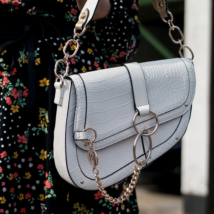 Die Saddle Bag: Praktisch und Chic! Was habe ich mich gefreut als das einstige Millenium Gimmick wieder für Furore sorgte. Schon damals fand ich das Handtaschen Modell von Dior extrem stylo, was sich bis heute auch nicht geändert hat | www.hot-port.de | 30+ Style Blog
