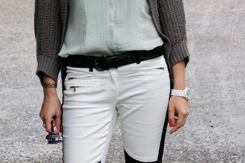 Franny´s erstes echtes Outfit | Ein Selbstversuch auf einem Lifestyle Blog | Nahaufnahme Outfit Laura Scott Bikerhose mit Bluse & Cardigan