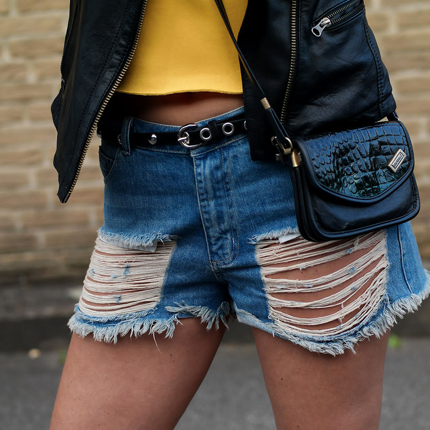 Summer Rock Chick | WRSTBHVR Destroyed Denim Shorts | hot-port.de | 30+ Style Blog