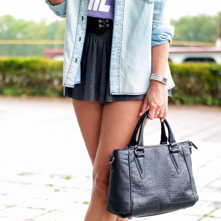 Der Versuch die letzten Züge des Sommers so richtig zu genießen: Dafür extra in das liebste Moschino Statement Shirt nebst Platform Sneaker geworfen | hot-port.de | Style & Fashion Blog für verrückte Frauen um die 30