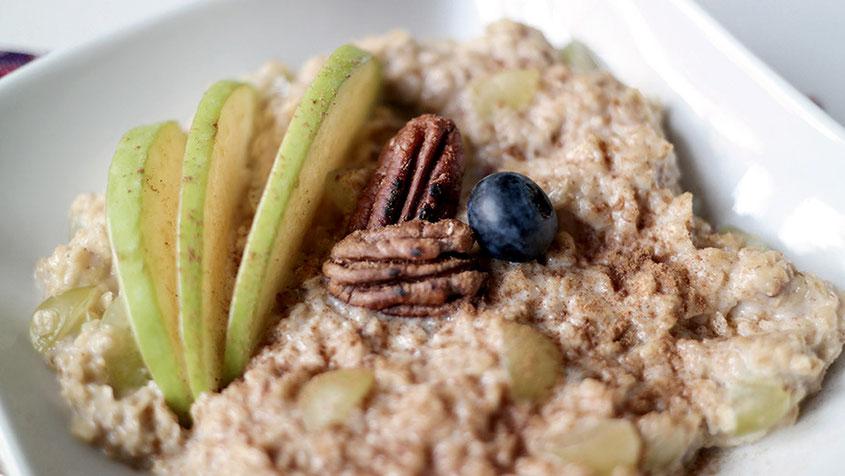 Lifestyle Trend | Nuss Müsli bestehend aus Porridge, PecanNüssen & hellen Trauben | hot-port.de | 30+ Blog