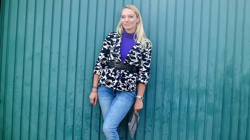 Ultraviolett von Kopf bis Fuß | Mango Socken Boots & Rollkragenshirt in Trendfarbe Lila X Hallhuber Blazer | hot-port.de | 30+ Fashion Blog