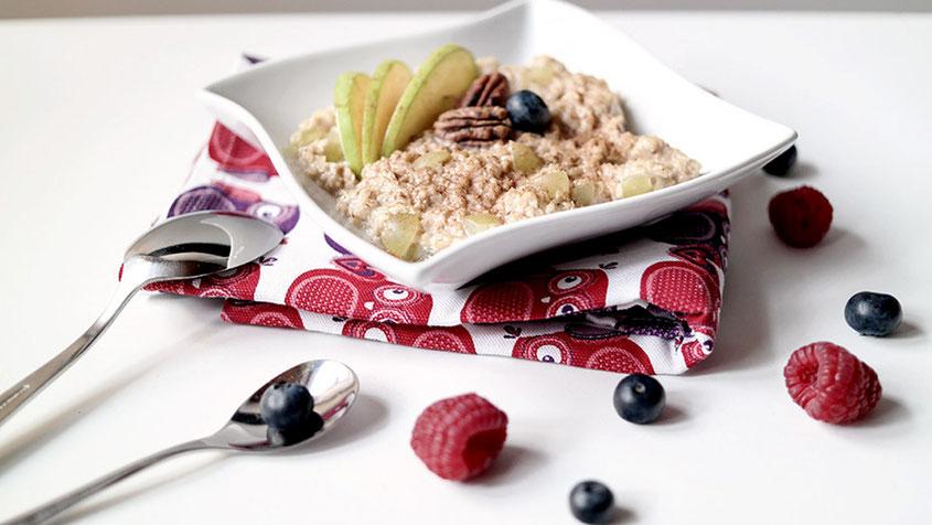 Lifestyle Trend | Nuss Müsli bestehend aus Porridge, PecanNüssen & hellen Trauben