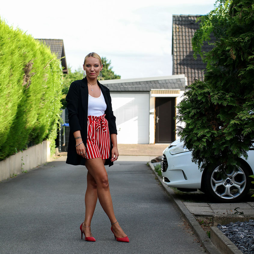 Style Trend Paperbag Shorts | Rot gestreift und mit Longblazer von Hallhuber kombiniert | hot-port.de | Style & Fashion Blog